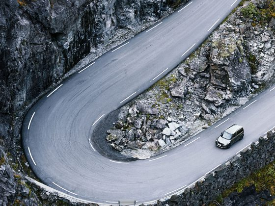 Auto auf Fahrbahn kurz vor starker Kurve