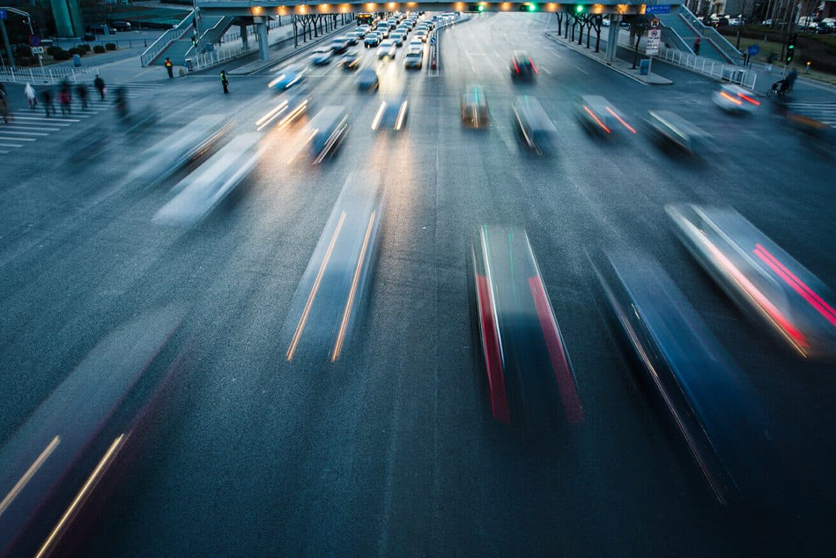 Viele Autos auf einer stark befahrenen Straße