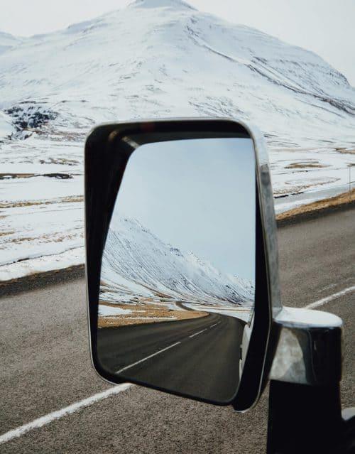 Bild zeigt Autorückspiegel mit Blick auf Berg
