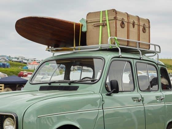 Mini mit Surfboard am Dach