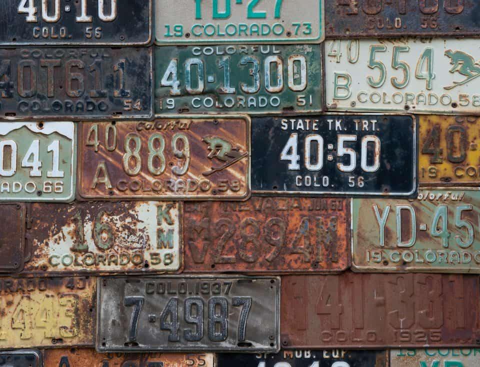 Bunte alte Straßenschilder nebeneinander angeordnet